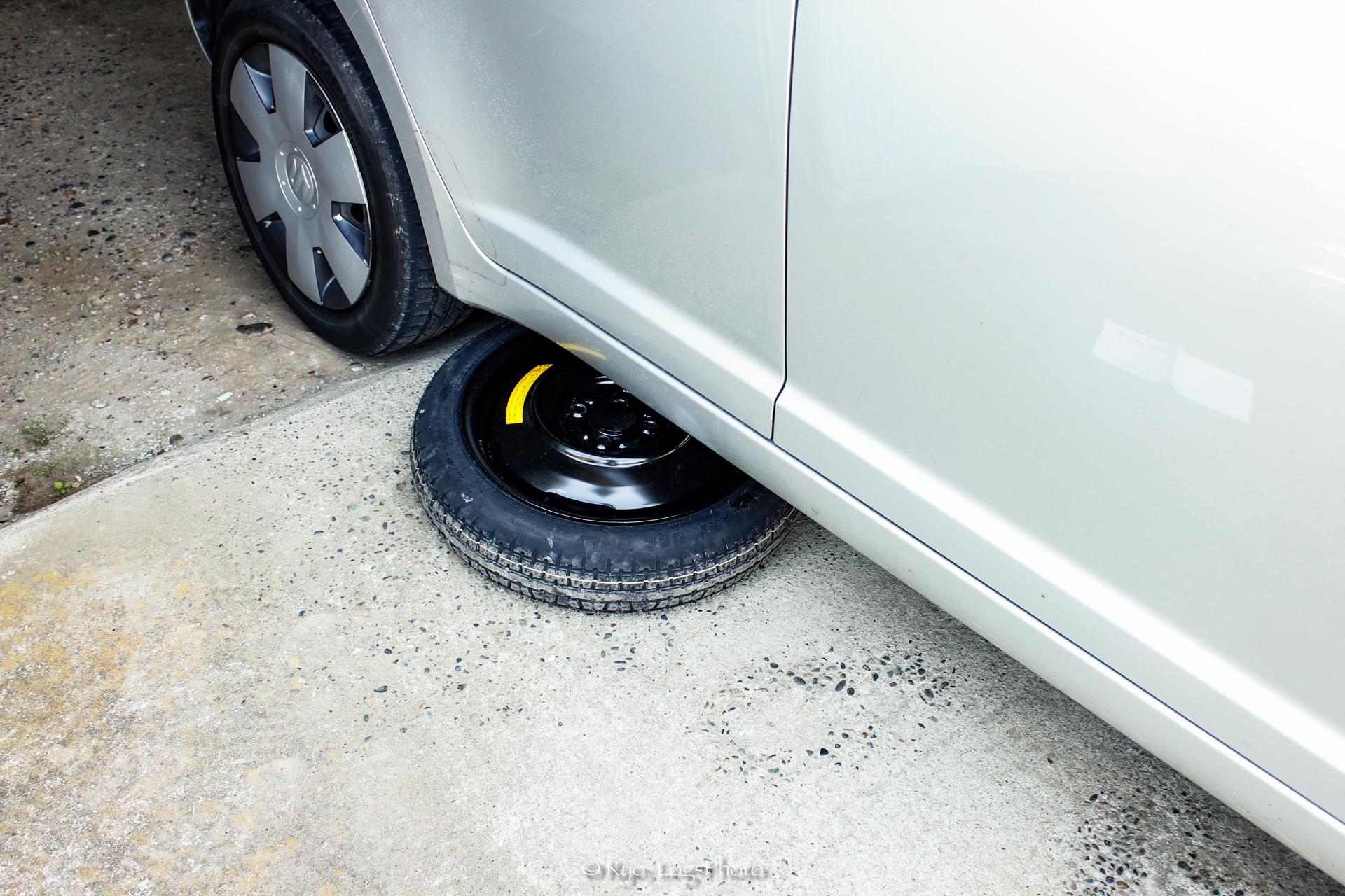 落下防止のため、スペアタイヤを挟む