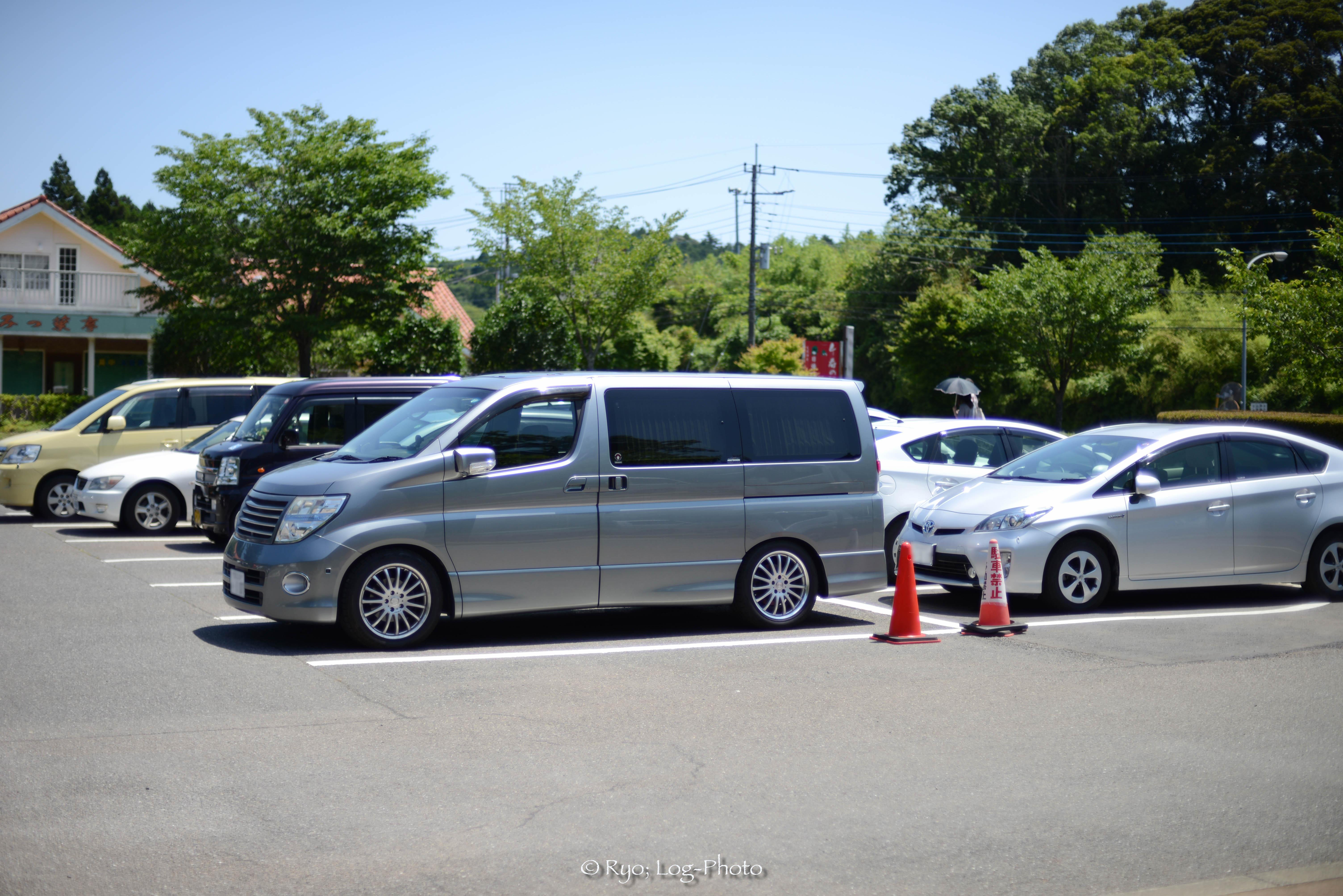 駐車場は平日でも満車でした