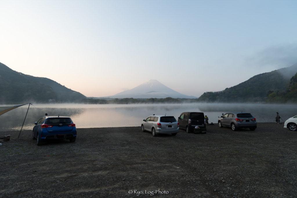 精進湖の水辺まで車で行けます。