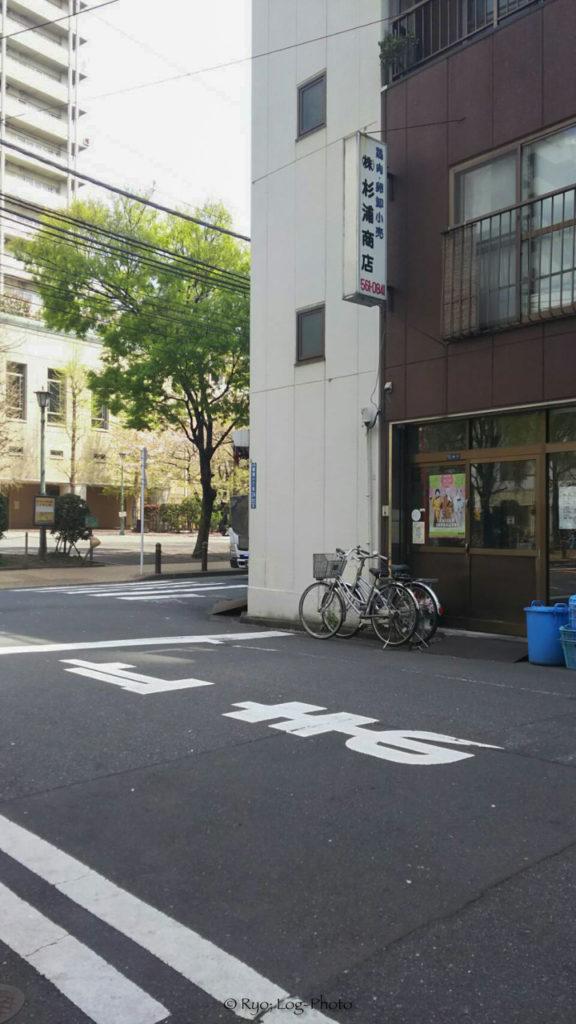 入店時間が近づくと、この道路に人がたくさんになります。