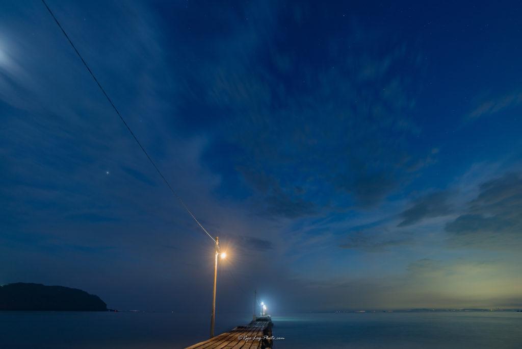 真っ青な空 千葉県南房総市 原岡海岸 マジックアワー 桟橋