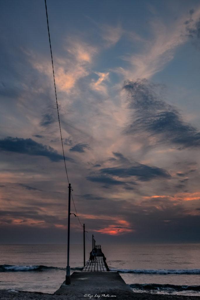 千葉県南房総市、原岡海岸の夕日、海に突き出る桟橋