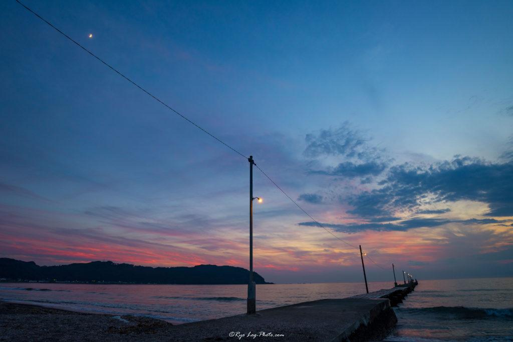 千葉県南房総市、原岡海岸の夕日、海に突き出る桟橋マジックアワーへ
