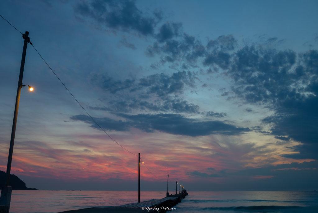 千葉県南房総市、原岡海岸の夕日、海に突き出る桟橋 赤い部分も少なくなてきました