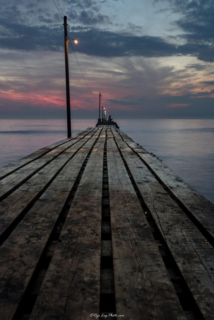 千葉県南房総市、原岡海岸の夕日、海に突き出る桟橋 木製