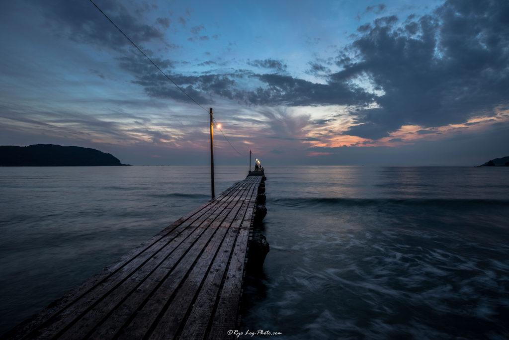千葉県南房総市、原岡海岸の夕日、海に突き出る桟橋長秒で撮影