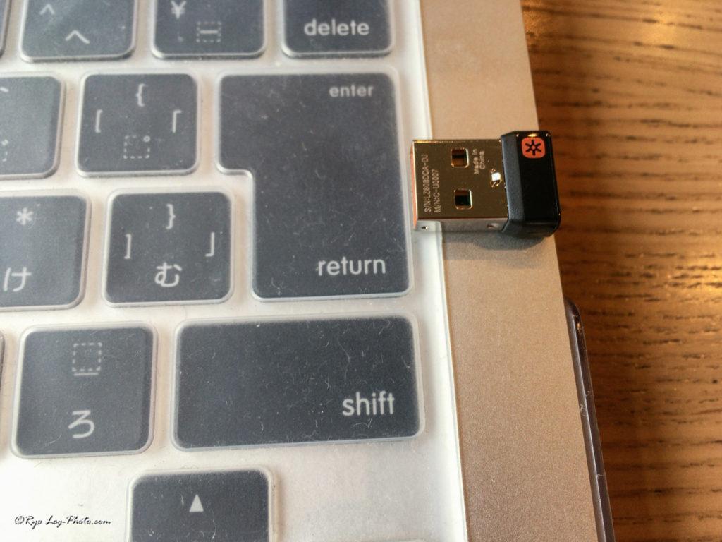 USBはこの大きさ。挿したままでも気にならない。