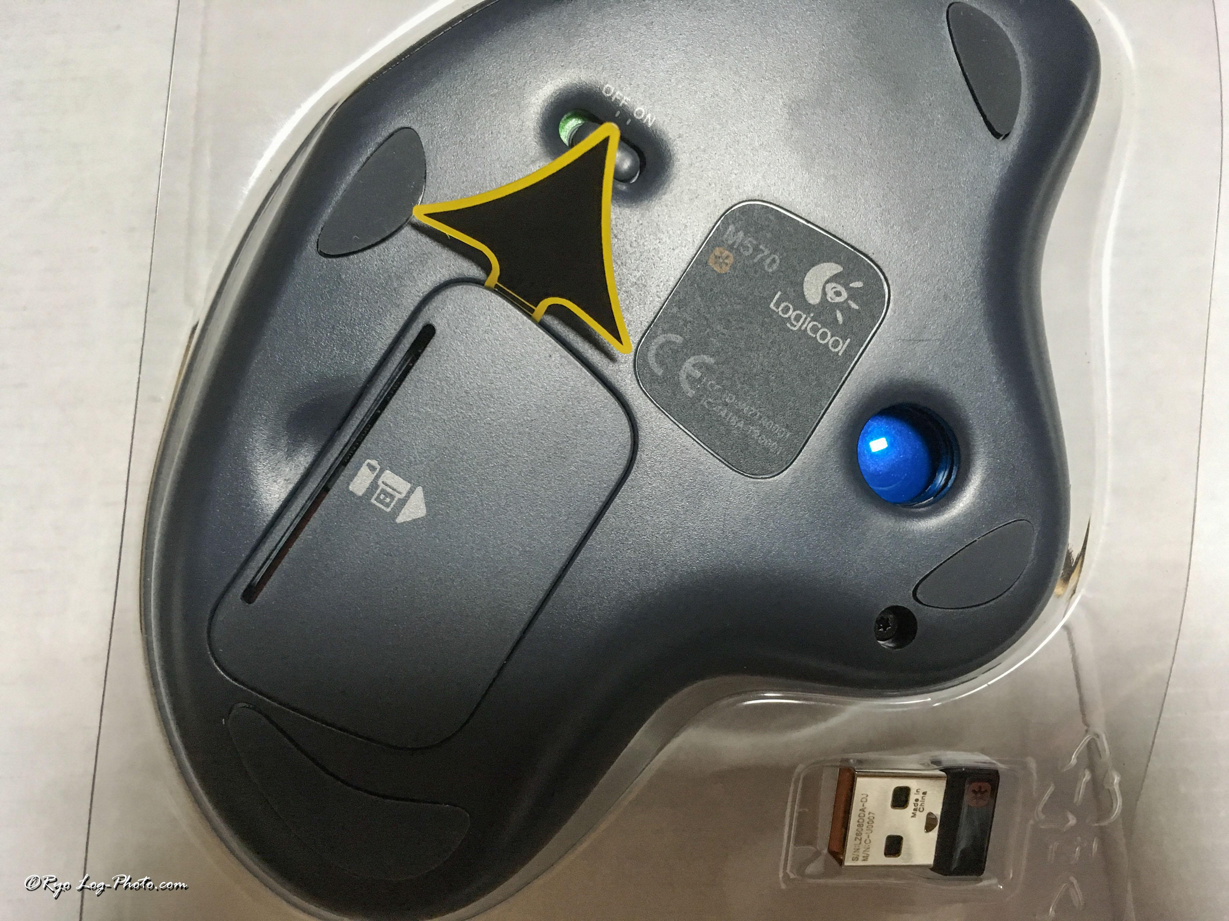 マウス背面、矢印を引っ張り抜くと、電池が接続される