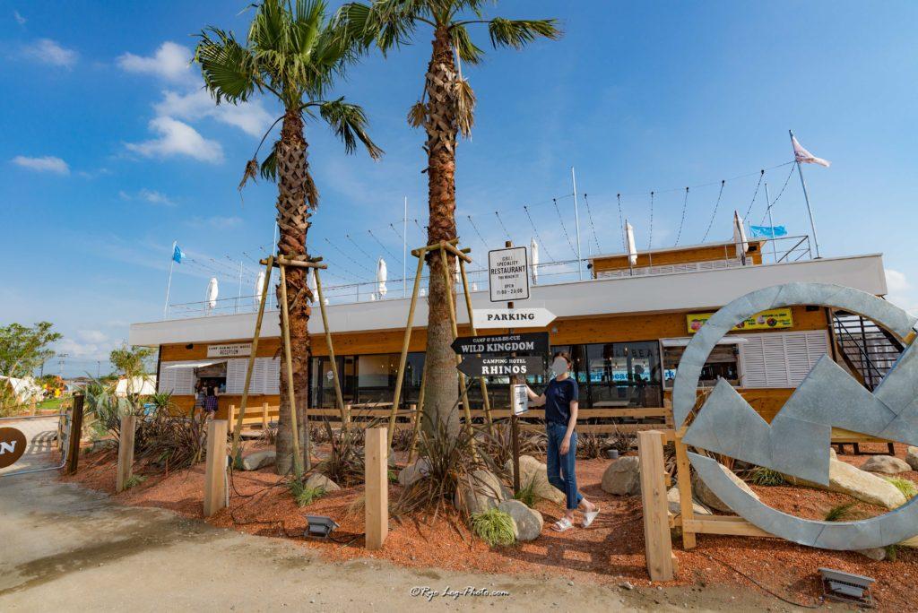 キャンプ受付(左)、レストラン(中央〜右)木更津でキャンプ、バーベキュ−が出来るワイルドビーチ(wild beach)キサラピアの隣。手ぶらでOK。グランピング施設。アウトレットの隣。