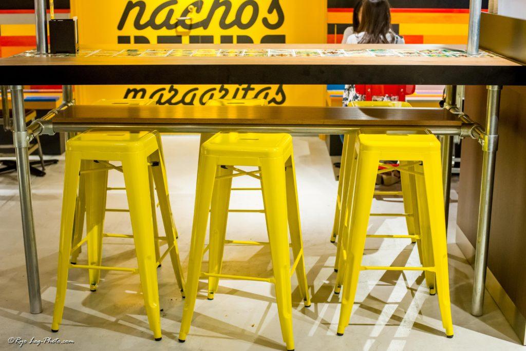 店内の椅子も黄色で