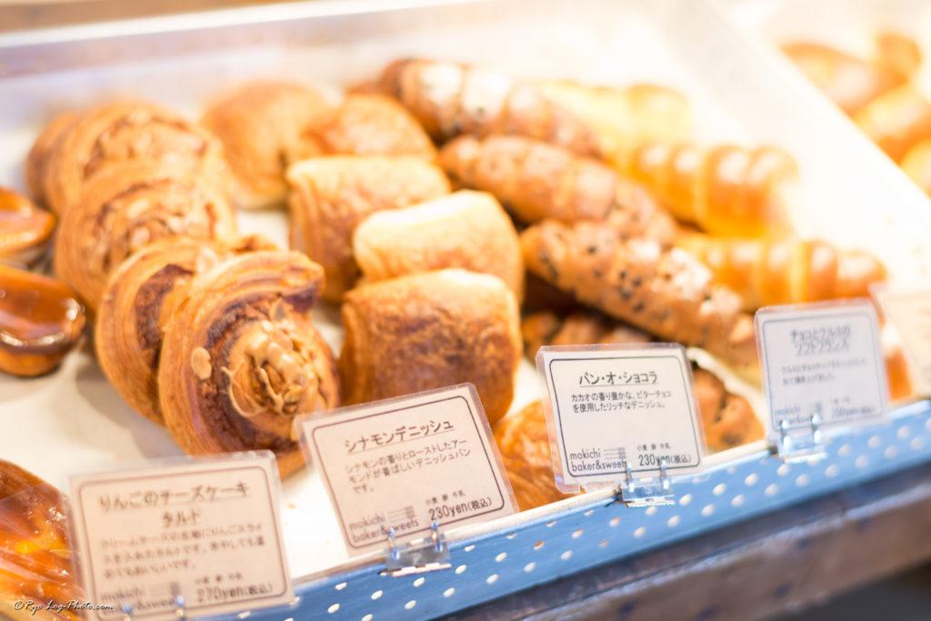 パン屋 モキチ ベーカー&スイーツ りんごのチーズケーキタルト、シナモンデニッシュ、パンオショコラ、ソフトフランス